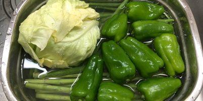 安心やさい溶液に野菜を漬ける