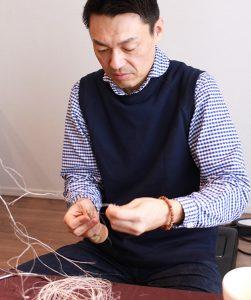 麻を編む谷さん